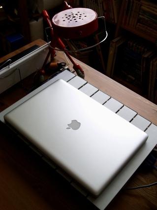 ペット用ひんやりプレートでパソコンを冷やす。1